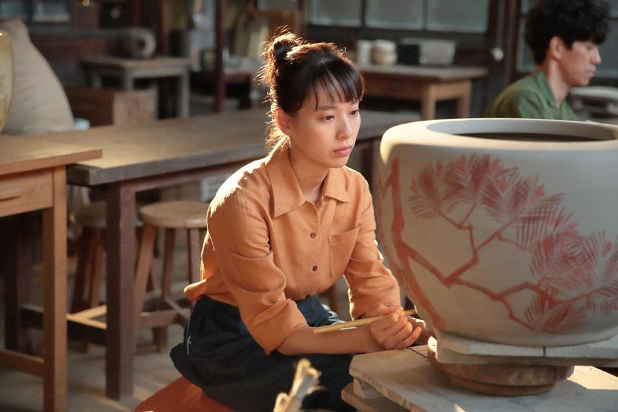 作業の途中でふと暗い表情になる喜美子(戸田恵梨香)©NHK