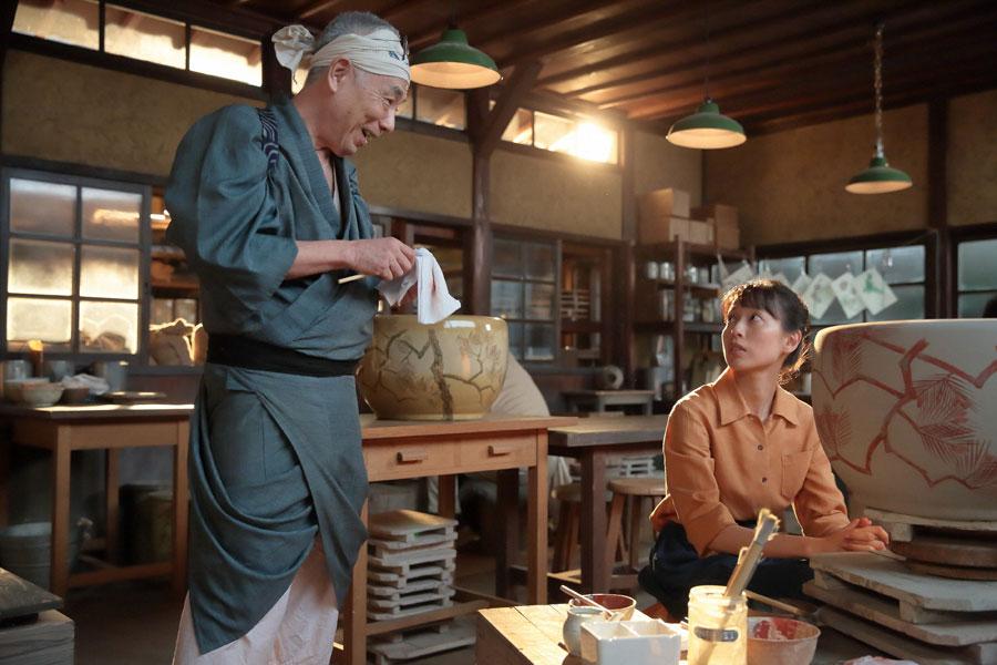「今日は少し笑みが足りんなぁ」と喜美子(右・戸田恵梨香)に言う深野(イッセー尾形)©NHK