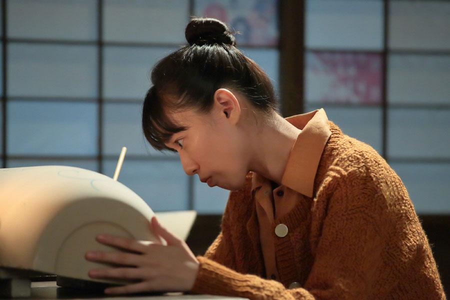 日課の絵柄を描く練習をする喜美子(戸田恵梨香)©NHK