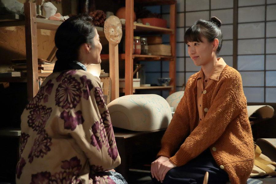 八郎から陶芸を教わりたいと、マツ(富田靖子)に相談する喜美子(戸田恵梨香)©NHK