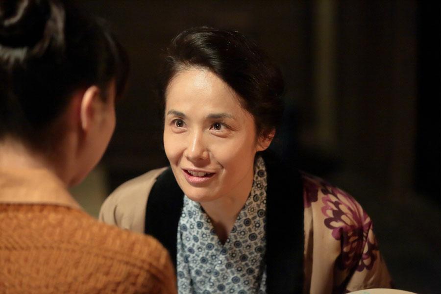 陶芸を学びたいという喜美子に、「気長に学ばしてもらい」と言う母・マツ(富田靖子)©NHK