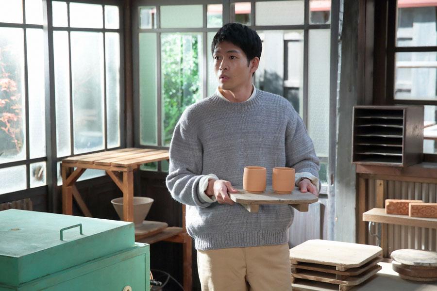 これから毎日作陶を見せて欲しいと言われ、戸惑う八郎(松下洸平)©NHK