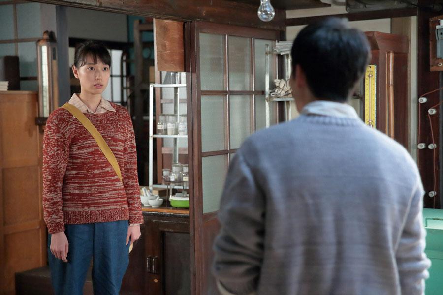 八郎(松下洸平)に、これから毎日作陶を見せて欲しいとお願いする喜美子(戸田恵梨香)©NHK