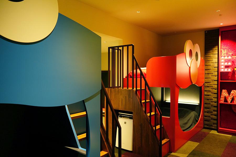 「セサミストリートTM・ビッグ・フェイス・ルーム」。二段ベッドの下の段は口の中をイメージして黒、上の段は頭をイメージして赤のリネンを使うこだわりよう