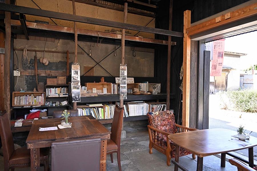 店内には雑誌や本もたくさん。ひとりでものんびりできる空間です