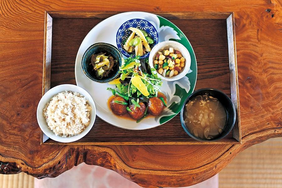 うかのお昼ごはん1250円(税込)。この日の主菜はおからレンコンボール。3種の副菜付き