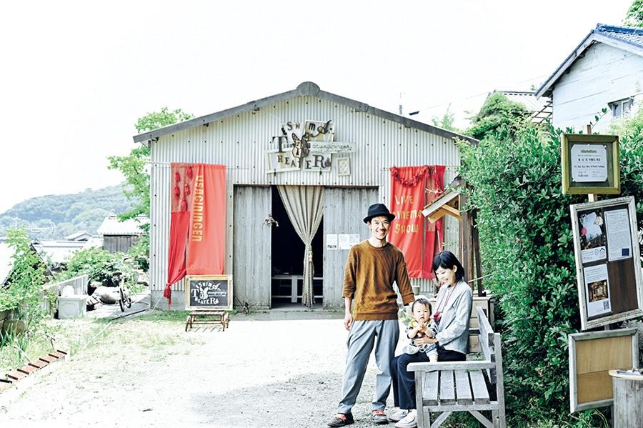 平井さんご夫妻。お子さんの誕生をきっかけに、劇場前では飲食店の出張販売や子どもの遠足を開催することも
