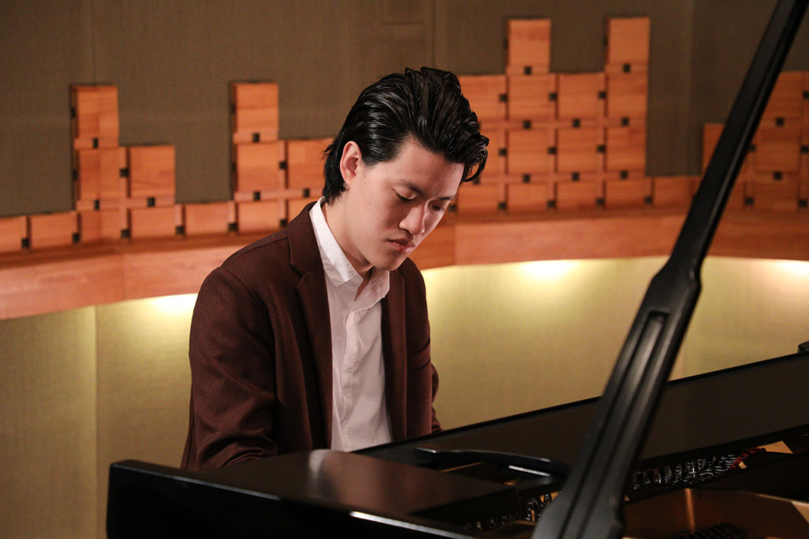 ピアノを弾く粗品