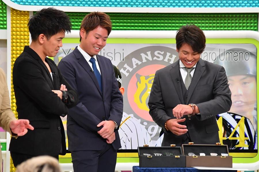 笑顔で高級腕時計を装着する梅野隆太郎捕手(写真提供:MBS)