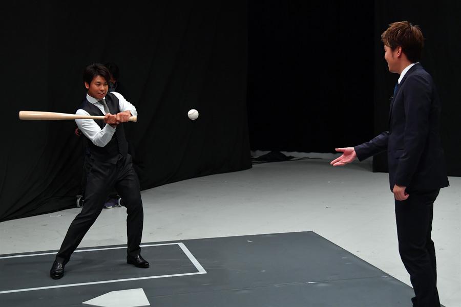 バッティングを披露する梅野隆太郎捕手(写真提供:MBS)