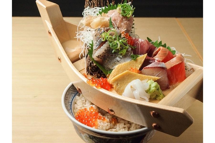 1日10食限定、インパクト大の「舟盛り丼」(990円・税別)