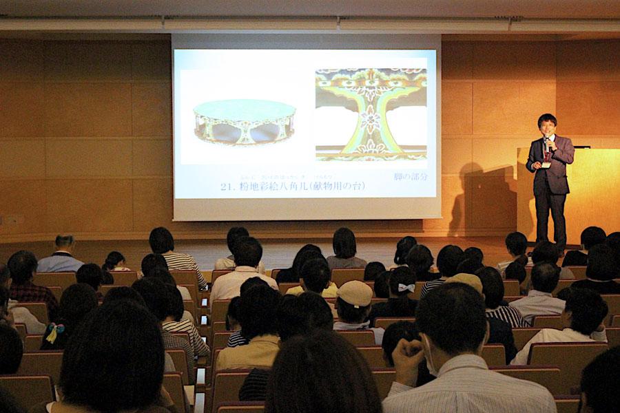 2019年度の『親子鑑賞会』で解説する学芸員。親子連れ約140人が参加した(10月27日・奈良国立博物館)