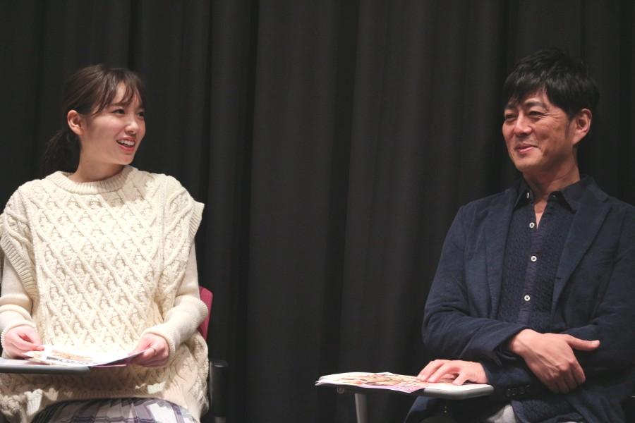 「稽古場で田中さんをいさめながら、芝居のなかでもコントロールしているから、まりえ頼むよと。一番下ですが、割と信頼している」と期待する宅間(右)