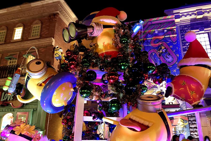 クリスマス装飾でド派手になった「ミニオン・パーク」