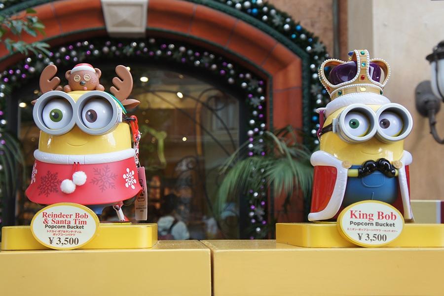 左から「トナカイ・ボブ&サンタ・ティム ポップコーンバケツ」、「ミニオン・ポップコーンバケツ 〜キング・ボブ〜」(ともに3500円)