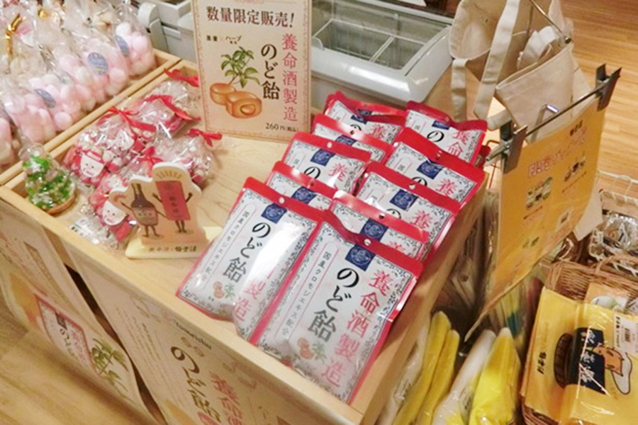 コラボ期間中、売店では養命酒の関連商品が販売される(写真は過去開催時のもの)