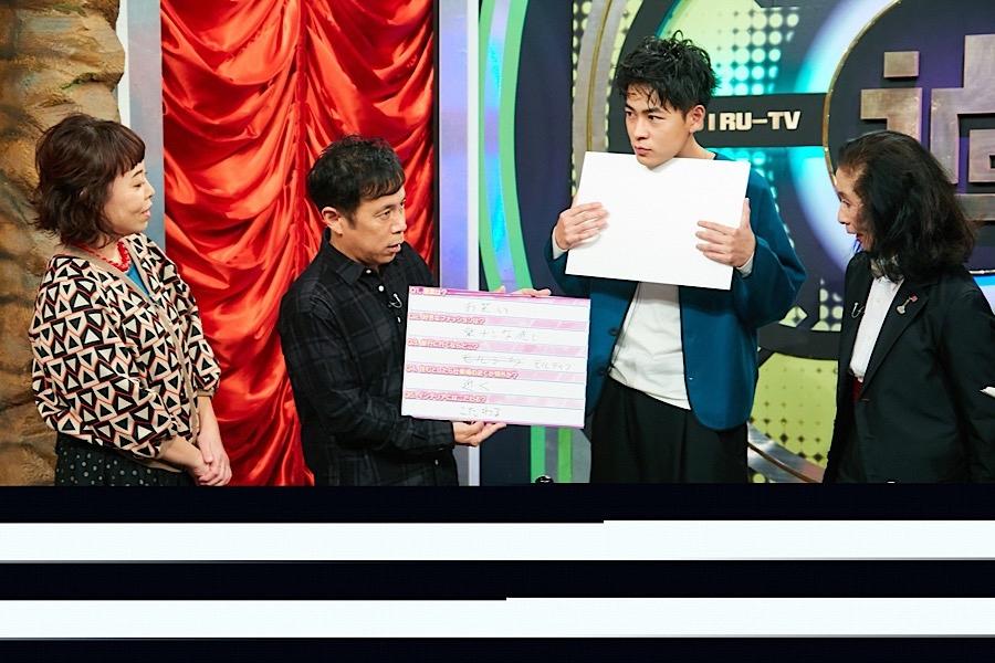 自分にぴったりの香水を診断してもらう成田凌(右から2番目) (C)ABCテレビ