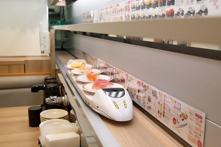 かっぱ寿司では、寿司を届ける特急レーンに「新幹線」プレートが走る(一部店舗を除く)