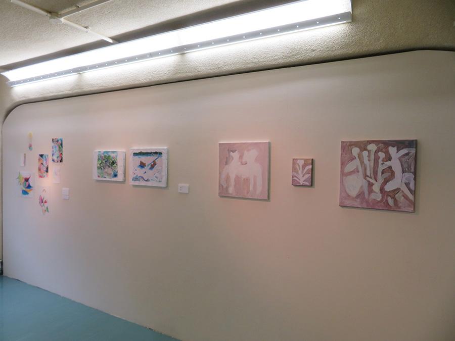 「私と私たち」展より、右から順に、浅野夕紀作品、篠島紗恵子作品、井階麻未作品