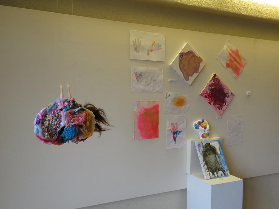 「私と私たち」展より、嘉納雅子作品(左)、かのうりん作品(右)