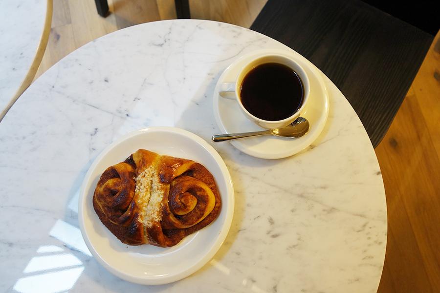フィンランドの定番メニューのシナモンロールはコーヒーとセットで1000円