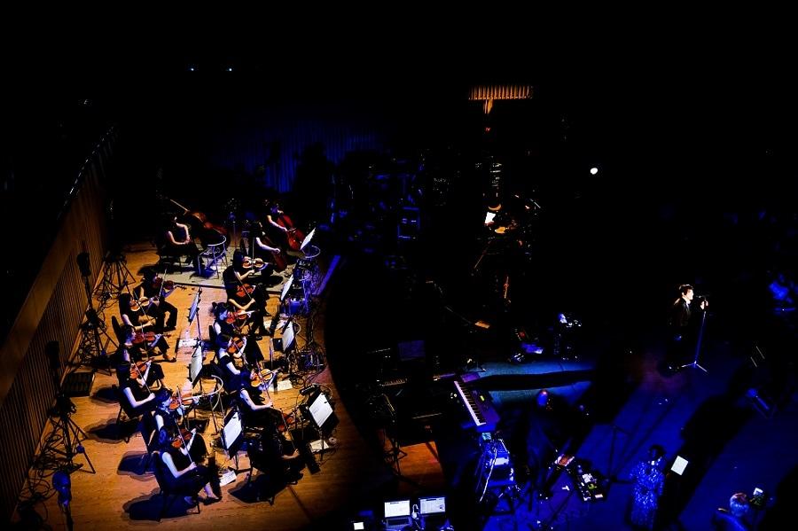 おなじみのASKAバンドに弦楽アンサンブルのビルボードクラシックスストリングスが加わったスペシャルな編成(写真は12/10京都公演の様子)