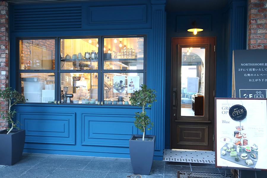 店名の「ブルー」と同じ、青が基調の落ち着いた店構え。入り口は土佐堀通り沿いに