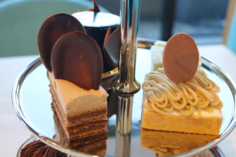 2段目はケークショコラ、モンブランなどのケーキにサンドイッチも。ボリューミーなので、ランチ代わりに楽しむ人も多いのだそう