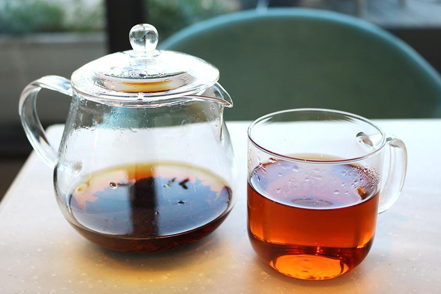 紅茶はポットで提供。ドリンクは紅茶のほかに、中国茶や京都・一保堂茶舗の日本茶などから選べる