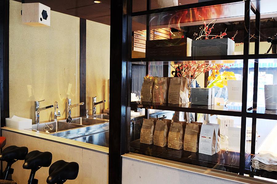辻森自転車商会から望む、ブルーボトルコーヒー。入店客の往来を意識し、両店をガラスで仕切っている