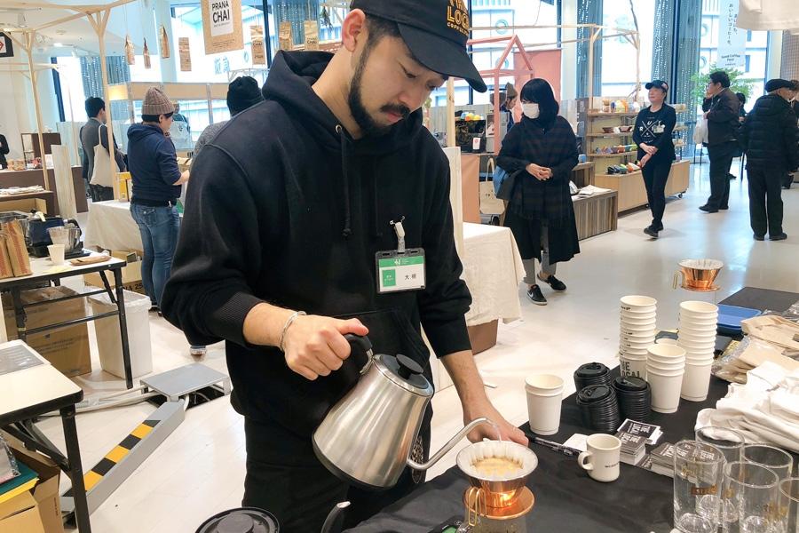 コーヒーフェスタ発案者で、「THE LOCAL」のバリスタ・大槻佑二さんも店頭に立ってコーヒーを淹れてくれる