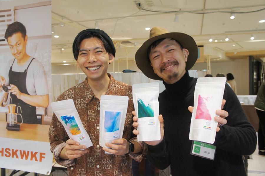 埼玉・熊谷の「HSKWKF(ホシカワカフェ)」の芳賀さん(左)と鈴木さん(右)。浅煎りのコーヒーが自慢で、全国からファンが訪れるほどの人気店