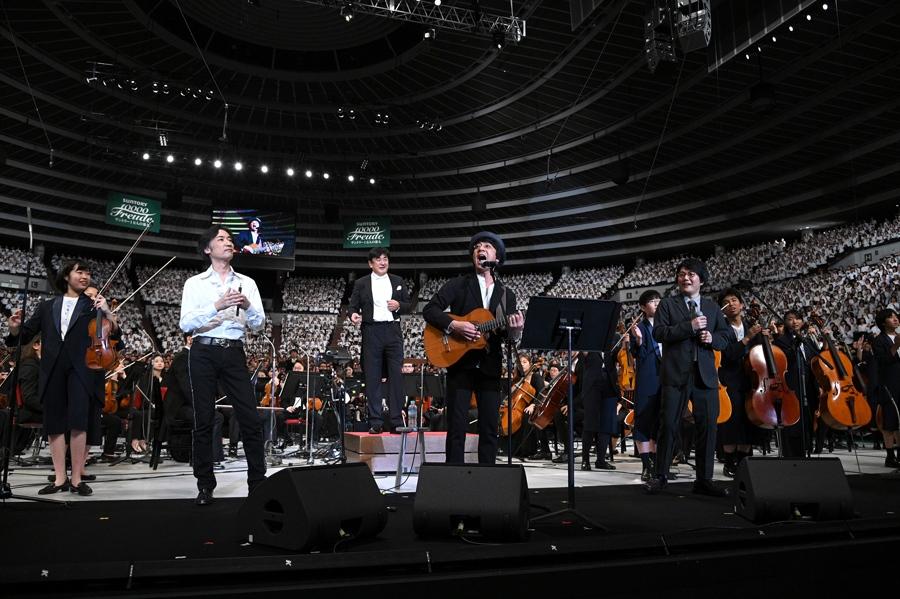 『セロリ』を歌う山崎まさよし(中央)写真提供:MBS