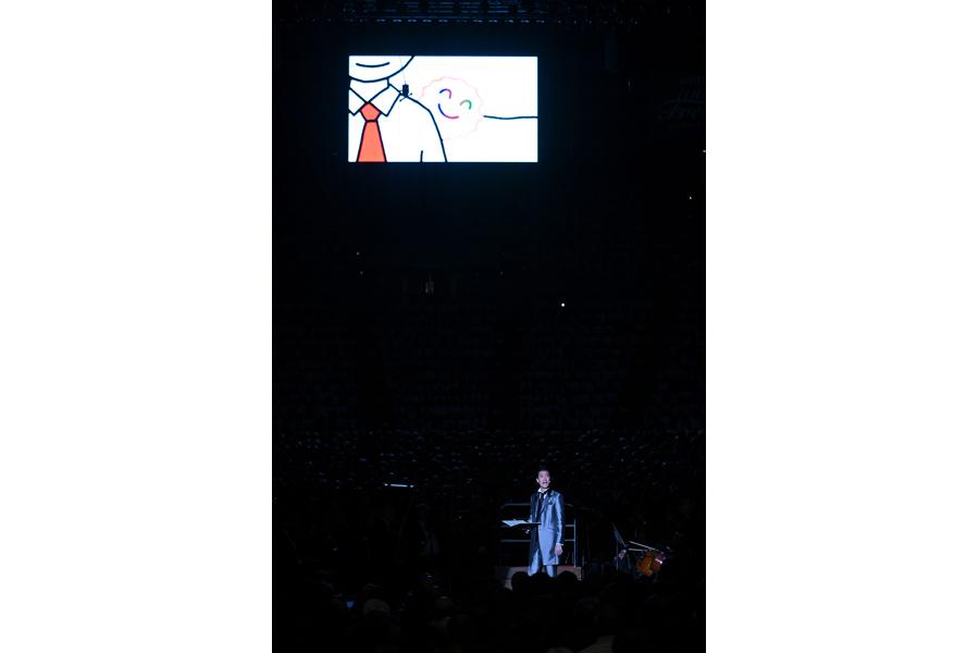 イラストを交えて「よろこびのうた」を朗読した霜降り明星粗品(1日・大阪城ホール)写真提供:MBS