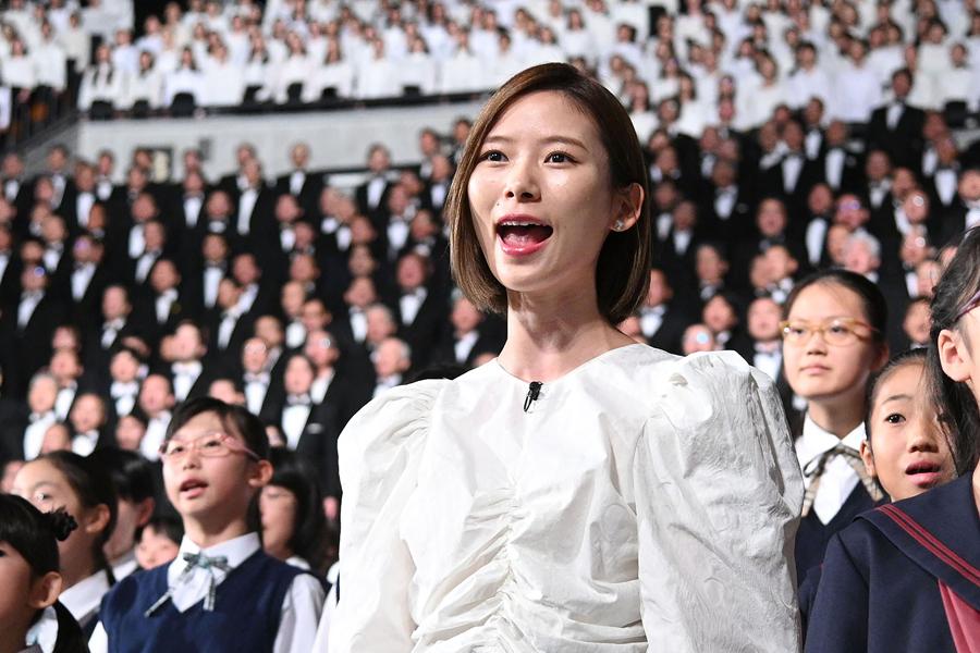 1万人の合唱団の一人として参加した朝日奈央(1日・大阪城ホール)写真提供:MBS