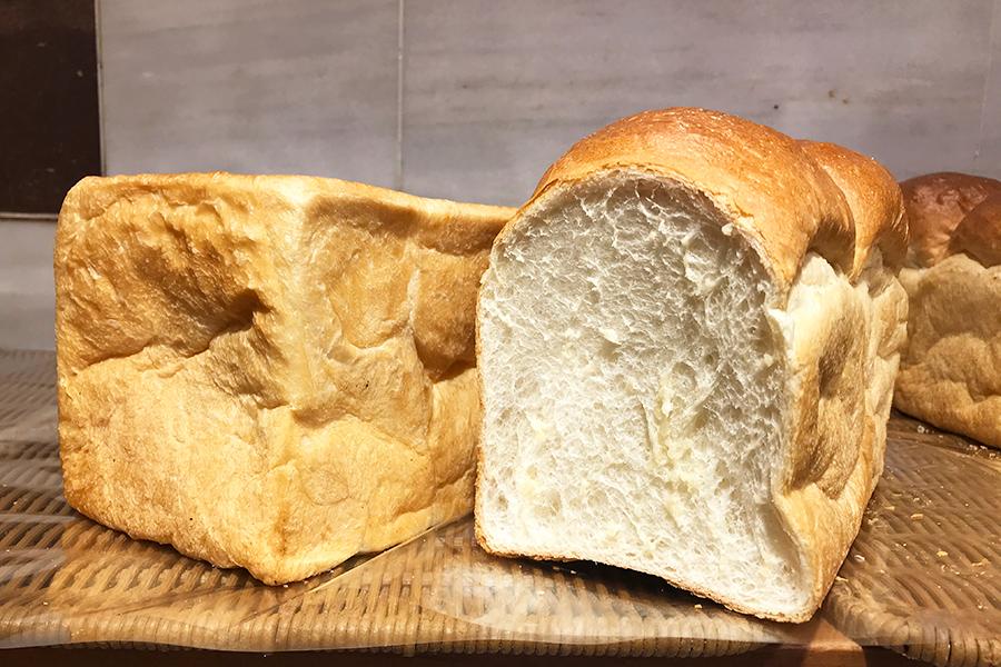 ポール・ボキューズ・ベーカリーは、パンドミーもしくは湯種食パン(1.5斤)は、3500円(20名限定)。1月3日〜31日まで利用可