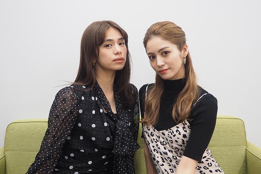 E−girlsの佐藤晴美(左)、楓