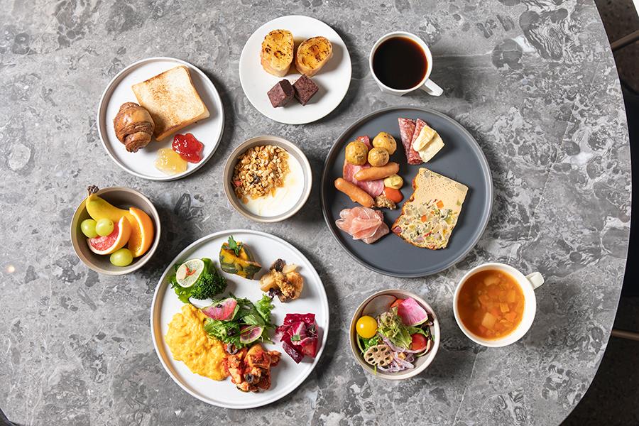 モーニングブッフェでは、20種の野菜を使うシフォンフリッタータや、切り立ての生ハム、京都のブーランジェリーのパンや、和食も登場