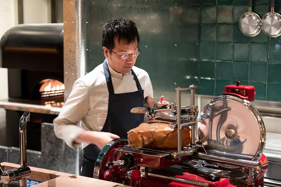シェフが愛用するイタリア製の最高級スライサー「BERKEL」を導入。朝食からディナーまで、切り立ての生ハムを味わえる。鰹節のように薄く、きめの細やかな舌触りに驚くはず