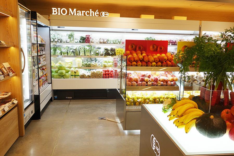 1階にあるGOOD NATURE MARKET。有機栽培の野菜や自然食品などを中心に販売。カフェも併設