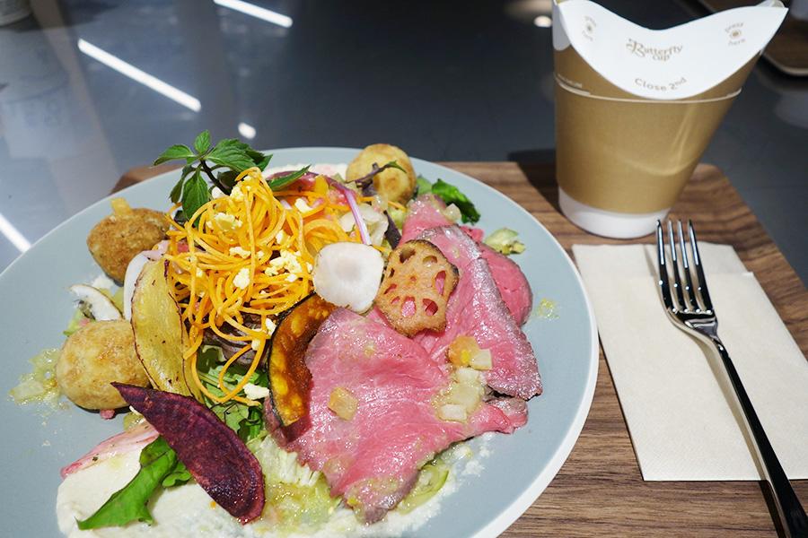 サラダは好みの色から選べ、写真は放牧牛の低音調理ローストビーフのセット1300円