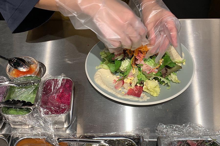 サラダやカレー、ピタパンサンドなど、フードはオーダーを受けてからオープンキッチンで作ってくれる