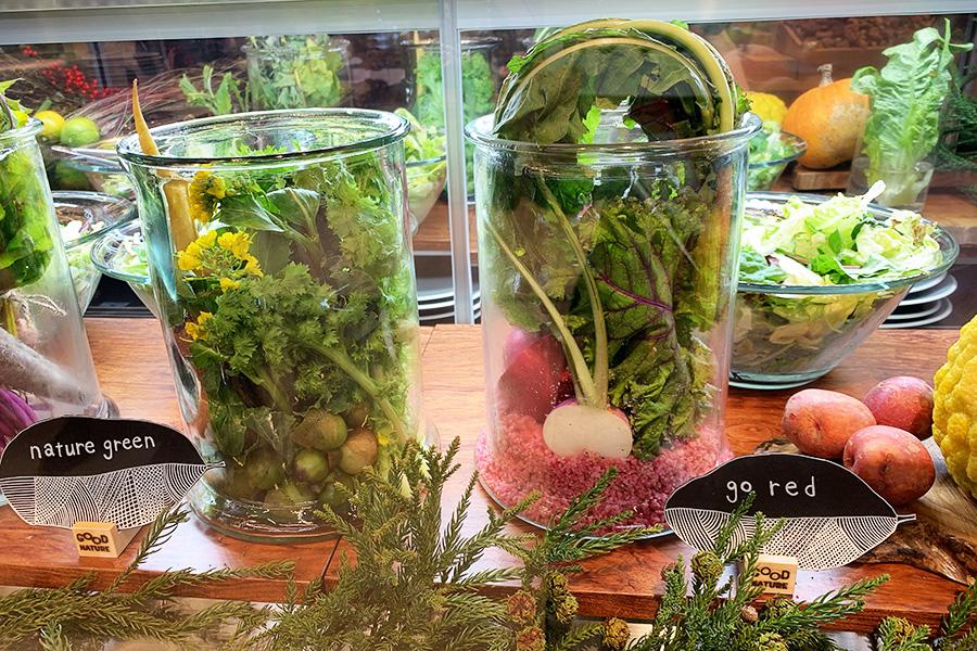取材時は、緑、赤、紫からサラダの種類をチョイス