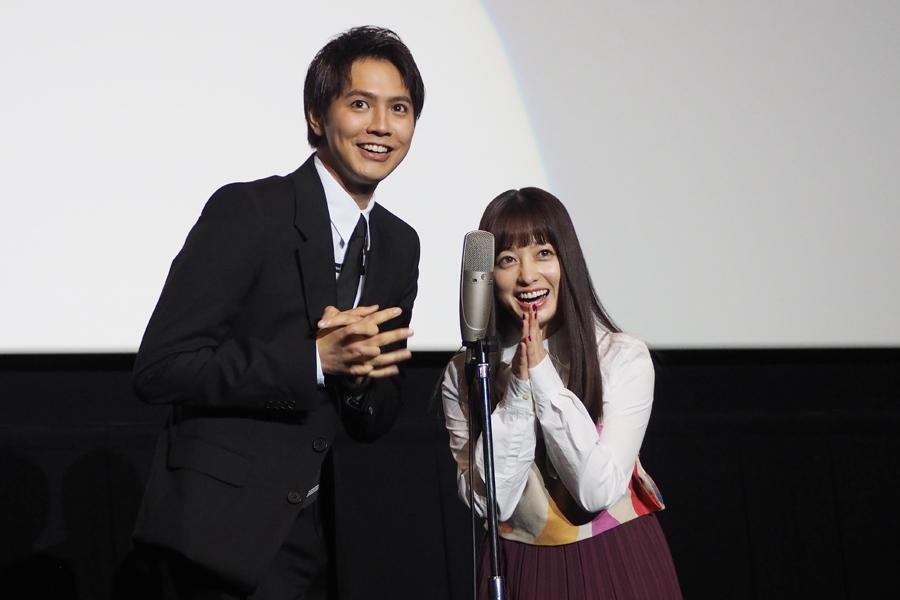 「どーもー!」と漫才風に登場した片寄涼太(左)と橋本環奈(8日・大阪市内)