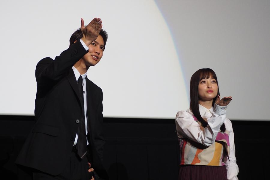 投げキッスをする片寄涼太(左)と橋本環奈(8日・大阪市内)