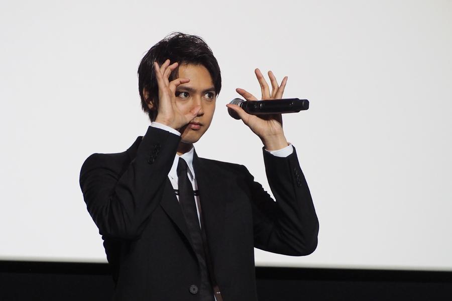 観客のヒップサイズを当てようとする片寄涼太(8日・大阪市内)