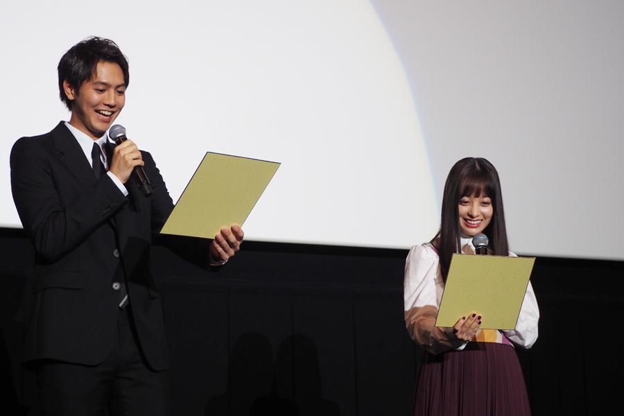 イラストに大喜びする片寄涼太(左)と橋本環奈(8日・大阪市内)