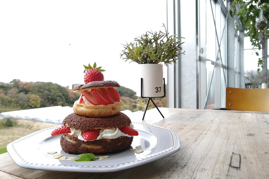 カフェ&レストラン「グリナリウム・レストラン」で食べられるいちごタワー