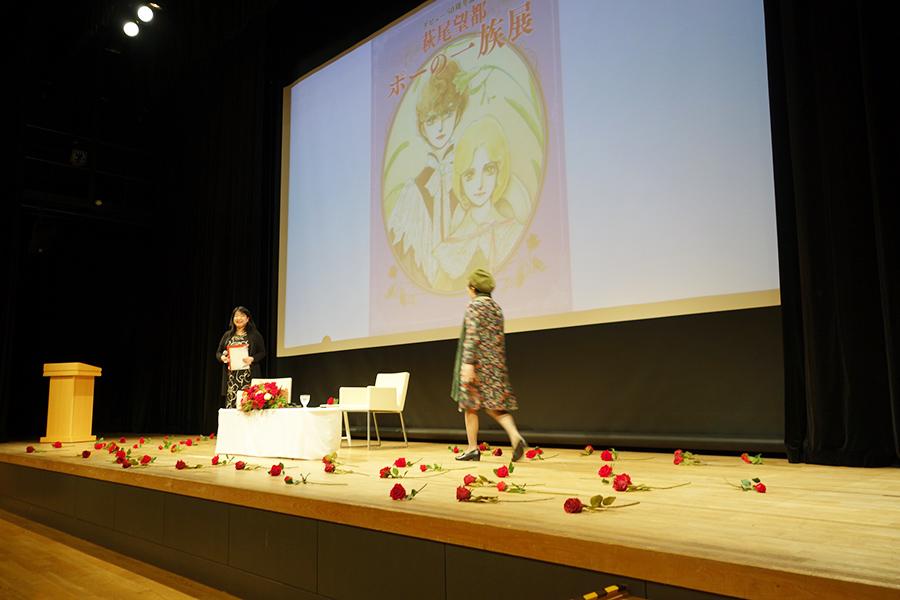 ステージには、萩尾望都の世界観をイメージして薔薇の花が Ⓒ萩尾望都/小学館