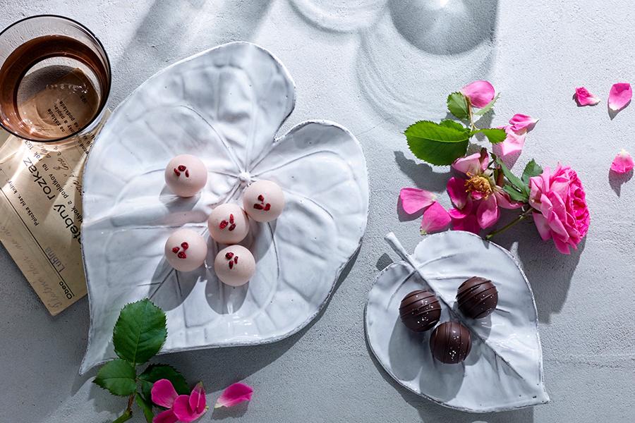 「アサオカローズ」と「モロゾフ」がコラボしたローズトリュフ。ローズシャンパンと、グリーンティーの2種を詰め合わせ